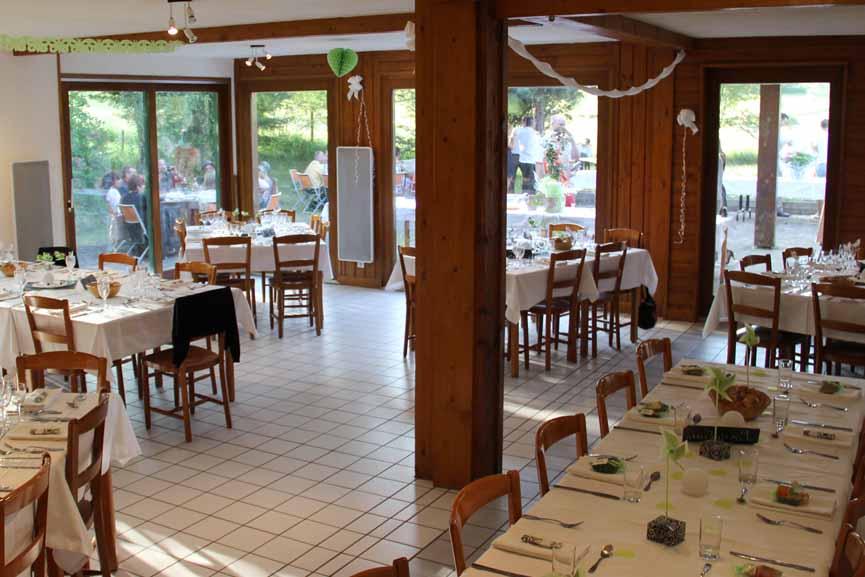 Salle de restaurant grande et claire donnant sur terrasse et parc
