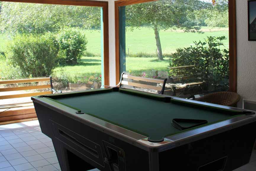 Salle de jeu avec billard, babyfoot, table de ping-pong