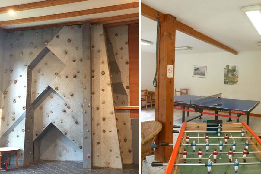 Batiments en bois et grandes baies vitrees
